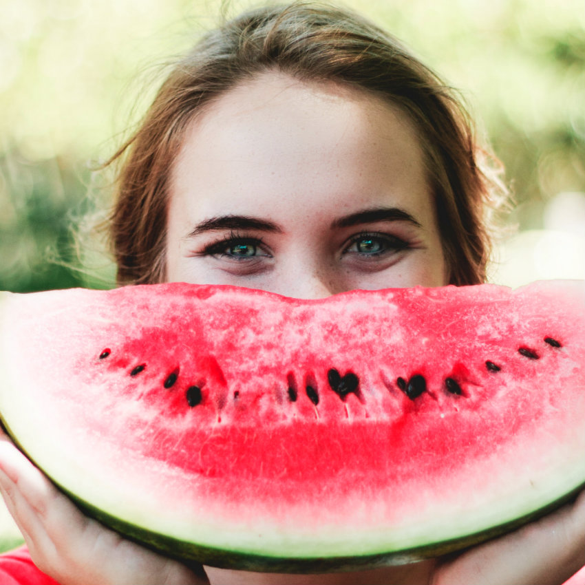lány dinnyével egészséges étel és jókedv - jóllét napló illusztráció